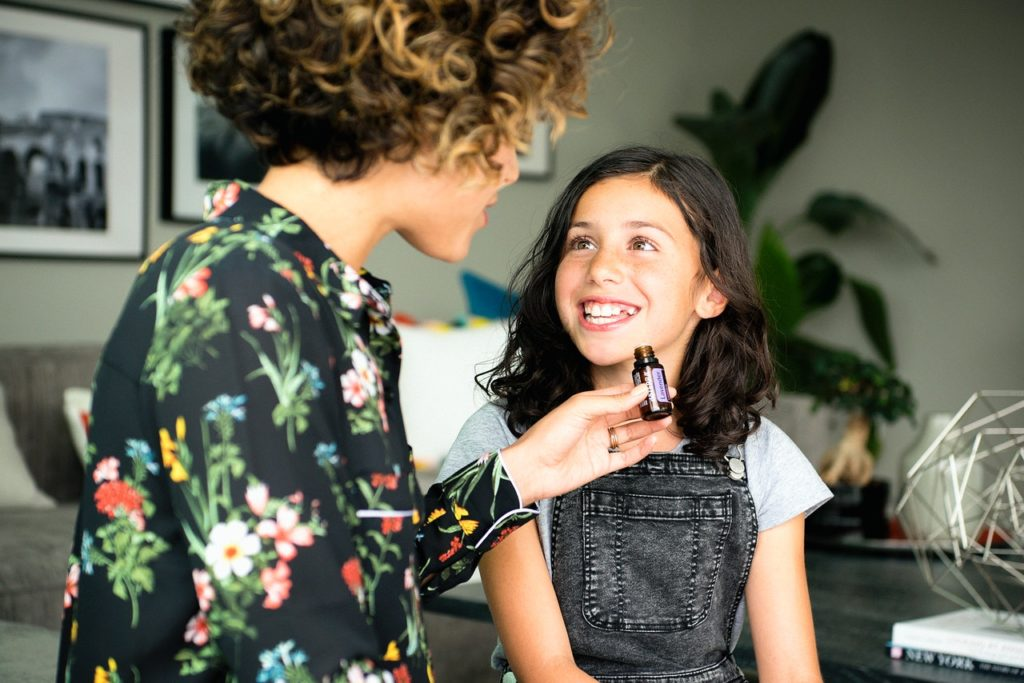 olejek lawendowy aromaterapia - kobieta z dzieckiem podczas aromaterapii