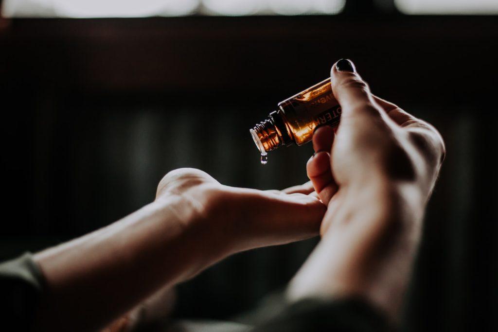 butelka zawierająca olejek lawendowy na co